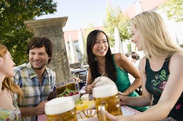 Deutschland,Bayern,Oberbayern,Junge Menschen in Biergarten