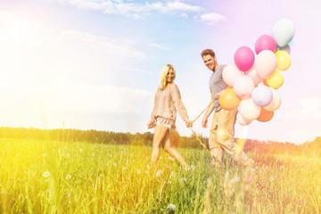 junges pärdchen mit luftballons