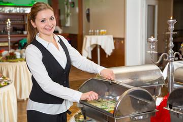 Catering Service Angestellte bereitet ein Buffet vor
