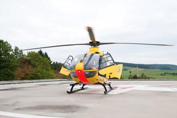 Rettungshubschrauber auf Hubschrauber Landeplatz