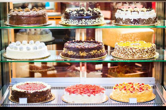 Bäckerei Vitrine mit Torten in Konditorei
