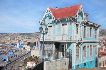 Old house on the edge of the hill. Valparaiso.