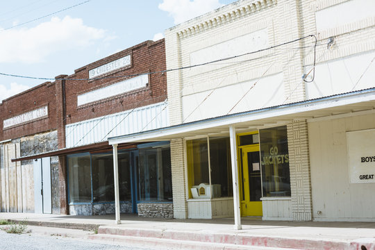strip of abandoned stores in Texas