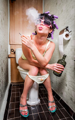 Fond de hotte en verre imprimé Bestsellers Girl sits in a toilet