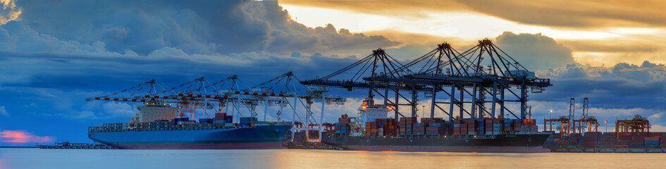 Container Cargo freight ship with working crane loading Fototapete