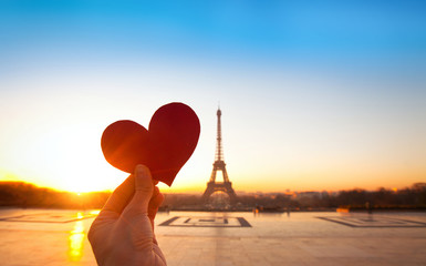 heart in hands, romantic vacations in Paris Fototapete