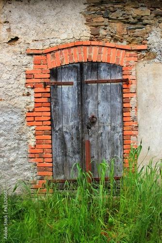 Fen tre avec entourage de briques photo libre de droits for Entourage de fenetre en pierre
