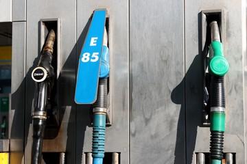 Zapfpistolen an einer niederländischen Tankstelle
