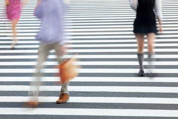 Fotomurales - Fußgänger überqueren eine Straße