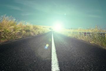 Strada asfaltata con sole