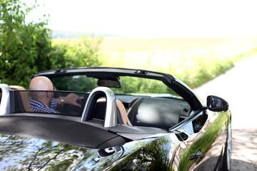 Mann im Luxuscabrio