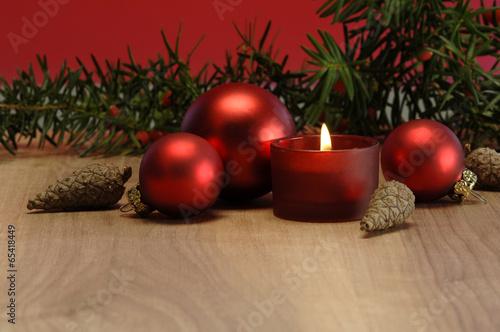 weihnachtsdekoration mit brennender kerze und christbaumkugeln stockfotos und lizenzfreie. Black Bedroom Furniture Sets. Home Design Ideas