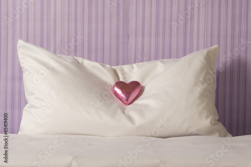 schokolade auf hotelzimmer kissen stockfotos und lizenzfreie bilder auf bild. Black Bedroom Furniture Sets. Home Design Ideas