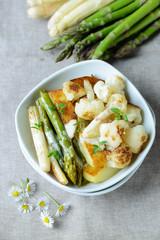 Gebratener Spargel,Blumenkohl, Kartoffeln mit veganer Sahnesoße