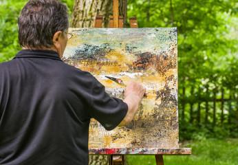 Künstler malt ein abstraktes Bild