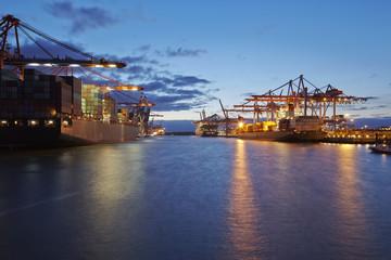 Containerschiffe am Terminal in der Abenddämmerung