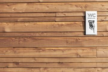 Schild WC an Holzwand