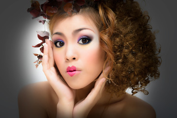 Woman curly hair leaf art style make-up professional