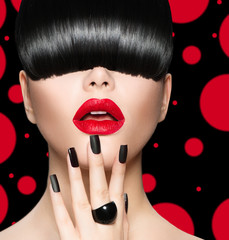 Foto op Plexiglas Fashion Lips Model Girl Portrait with Trendy Hairstyle, Makeup and Manicure