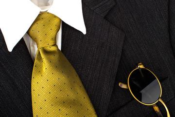 Anzug Krawatte und Sonnenbrille