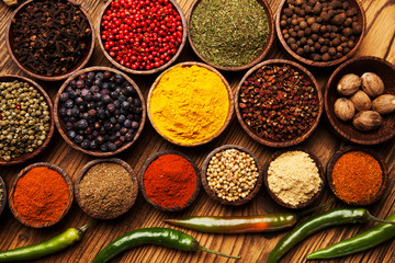 Photo sur Aluminium Spices and herbs in wooden bowls.