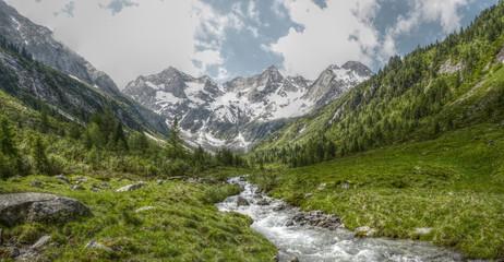 Spoed Fotobehang Pistache Panorama eines Hochgebirgstales in HDR
