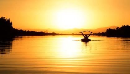 şişme bot ile gölette sabah gezisi