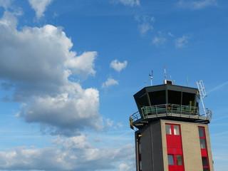 Dramatische Wolken über dem Tower des Flugplatz Oerlinghausen