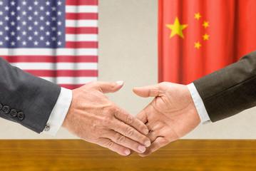 Vertreter der USA und Chinas reichen sich die Hand