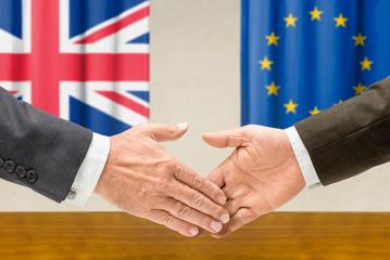 Vertreter Großbritanniens und der EU reichen sich die Hand