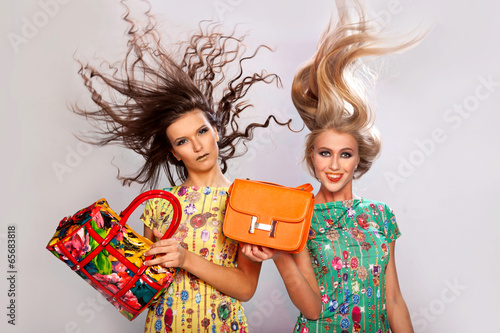 Девушки с сумками