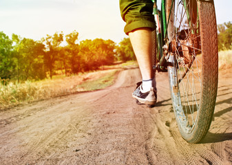 Close-up van retro fiets op onverharde weg. Focus op het stuur