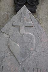 Croix et cœur sur pierre tombe