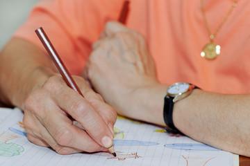 Dessin sur cahier avec crayons de couleur