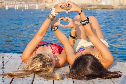 Бойфренды фотографируют подружек отдыхая у моря  230787