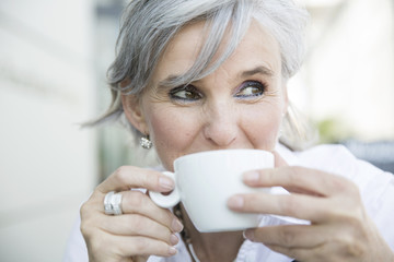 ältere Frau mit Kaffeetasse