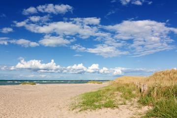 Fototapete - Himmel mit Wolken über Strand mit Dünen an der Ostsee