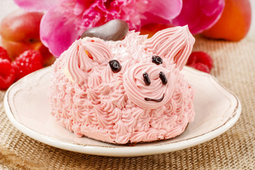 Kids party: cute pink piglet cake and stunning peonies