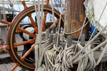barre sur un voilier en bois