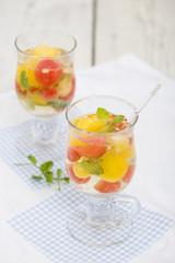 Weincocktail mit Melone und Minze