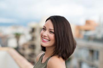 lächelnde attraktive frau in der stadt