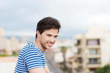 junger mann schaut über die stadt
