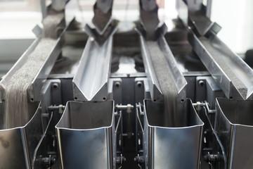 Vibratory conveyor transferring industrial powder