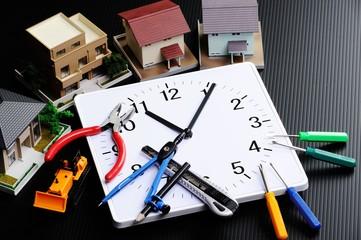 時計と住宅のイメージ
