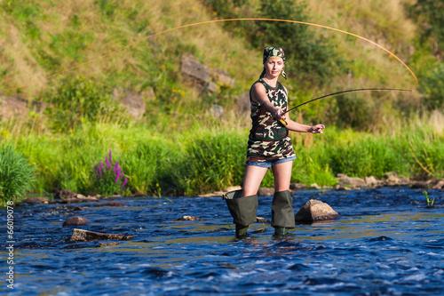 девочка ловит рыбу фото