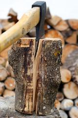Gespaltenes Brennholz - Axt