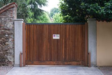 Porta scorrevole ingresso a villa, legno