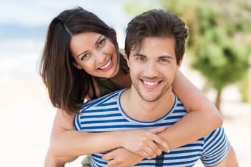 verliebtes junges paar im sommer