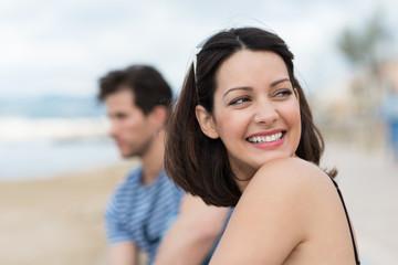 lächelnde junge frau schaut über ihre schulter