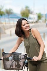 junge frau mit ihrem fahrrad
